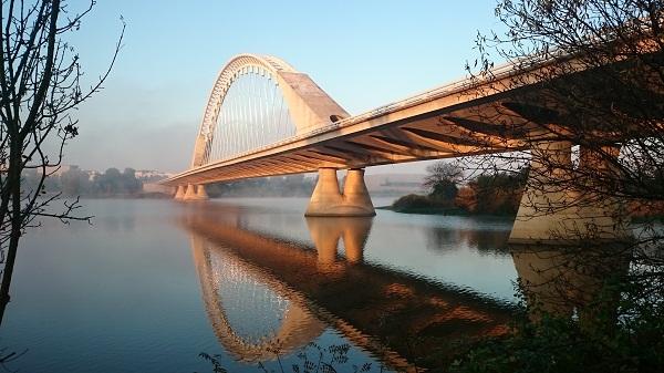 Gambar pemandangan jembatan besar, gmbar pemandangan jembatan keren, gambar pemandangan jembatan beton, gambar pemandangan jembatan putih, gambar pemandangan jembatan kokoh di atas air, gambar pemandangan jembatan di eropa