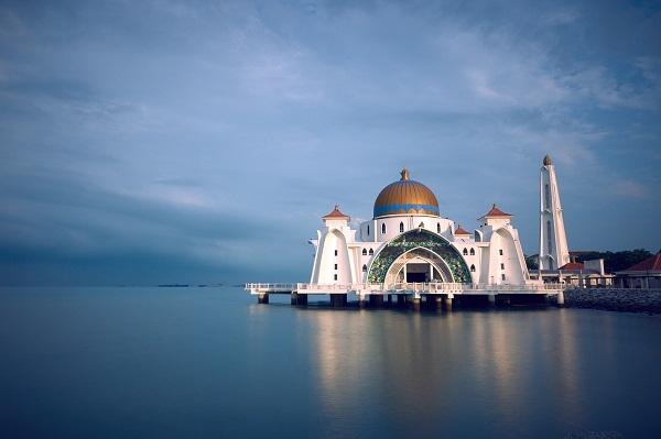 gambar pemandangan masjid di tepi sungai, gambar pemandangan masjid di atas air, gambar pemandangan masjid putih di tepi sungai