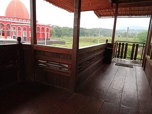 fasilitas masjid merah pandaan, area parkir masjid merah pandaan, cafe di masjid merah pandaan, pemandangan di masjid merah pandaan