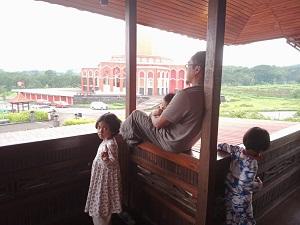 suasana-di-masjid-merah-pandaan-pasuruan-pemandangan-gunung-di-masjid-merah-pandaan-masjid-merah-pandaan-rute-rute-menuju-msjid-merah-pandaan
